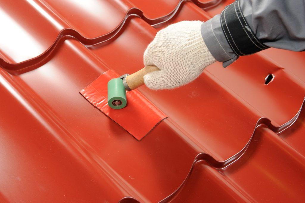 Как отремонтировать дыру в стеклопластиковой гофрированной крыше